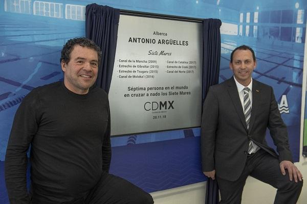 DEVELACIÓN. Antonio Argüelles y Horacio de la Vega, con la placa conmemorativa. Foto:  MEXSPORTS