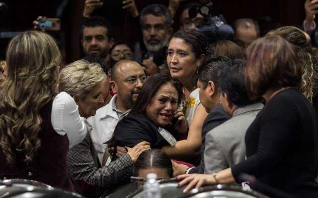 La diputada entró en una crisis de llanto y gritos. FOTO: CUARTOSCURO