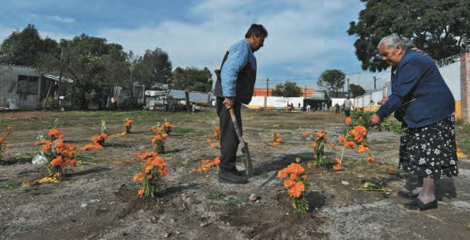 Las lápidas fueron arrasadas y los deudos no saben con precisión dónde están los restos de sus difuntos. Foto: Leslie Pérez / Heraldo de México