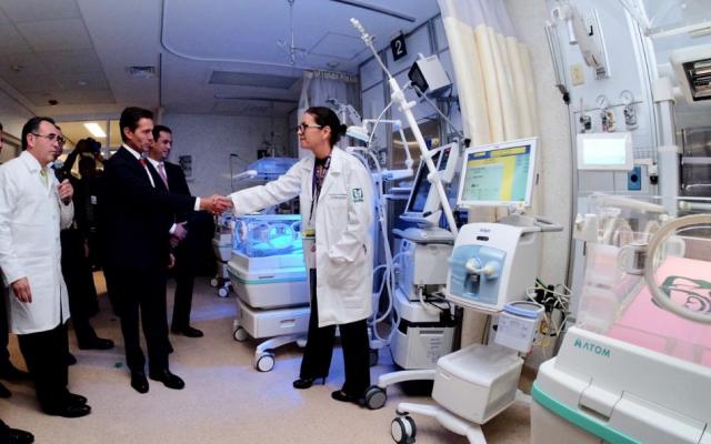 Peña Nieto recorrió pasillos del hospital en compañía del  director general del IMSS