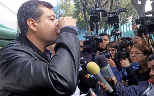 En días pasados, José Ramón Amieva bebió el líquido en la garza de Parroquia. FOTO: Víctor Gahbler