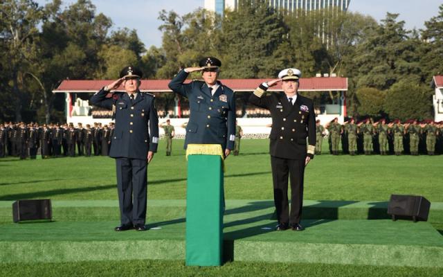 """El General Salvador Cienfuegos en la Ceremonia de Izamiento de Bandera en el Asta Monumental del Campo Deportivo Militar """"Marte"""". Foto:   @S_Cienfuegos_Z"""