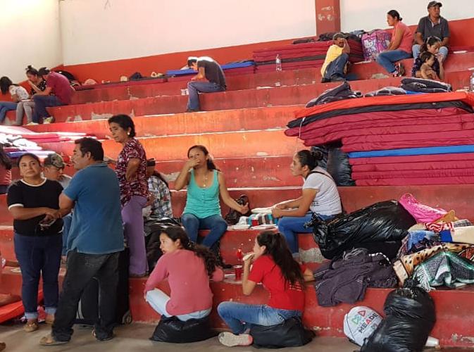 Los desplazados se encuentran en la cancha municipal de Leonardo Bravo. FOTO: ESPECIAL