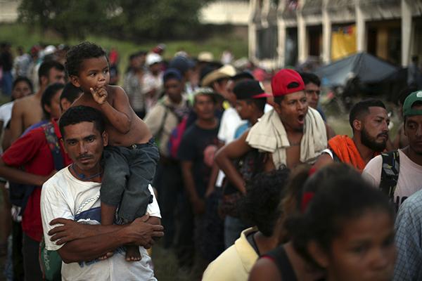 Continúan su camino rumbo a la frontera con EU. FOTO: REUTERS