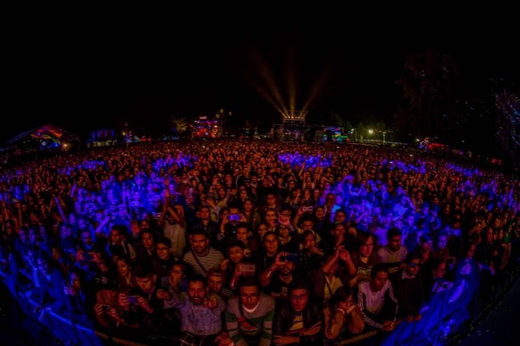 Con un espectáculo de luces de colores e imágenes geométricas y símbolos, MGMT deleitó por una hora a los miles de fans que se dieron cita en el escenario principal