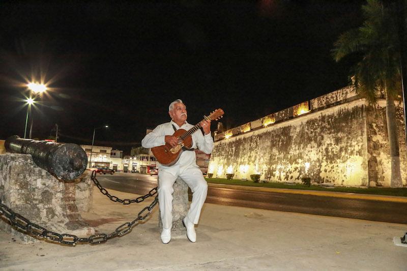 En punto de la media noche, los músicos campechanos iniciaron los festejos para conmemorar a Santa Cecilia, su patrona. Al pie de la emblemática muralla, los trovadores se alistaban para llevar música a las familias campechanas. FOTO: MAIRA TULIA PÉREZ BOCANEGRA /CUARTOSCURO.COM