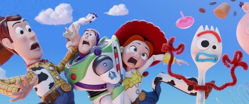 Desde su aparición en 1995, la historia de Toy Story se ha enfocado en las aventuras de varios juguetes que tienen vida propia pero sólo cuando los humanos no los pueden ver