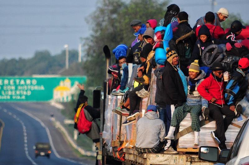 Esta madrugada salieron de Querétaro caminando y subiéndose a los trailers para llegar al albergue ubicado en el DIF de Irapuato. Foto: Cuartoscuro.com