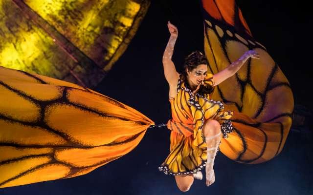 A través de una serie de sorpresas visuales y actuaciones acrobáticas Luzia llevó al público a un viaje surrealista a través de un mundo vibrante y suntuoso