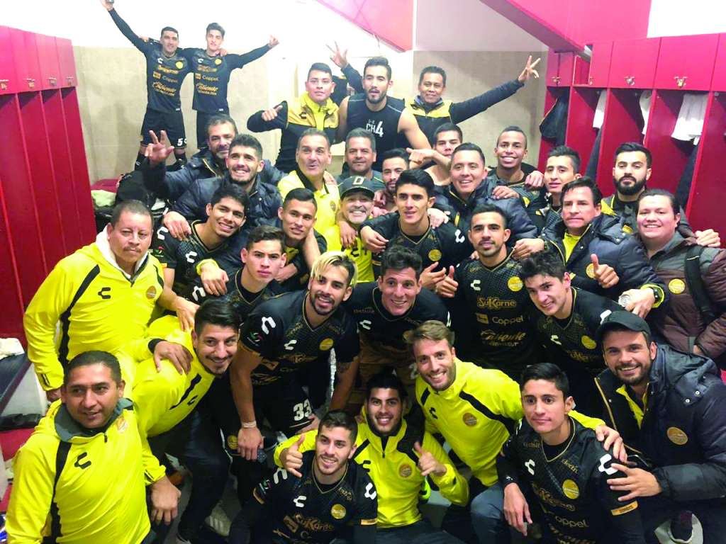 MOTIVADOS. Los Dorados arroparon así a su técnico. Foto: @DORADO