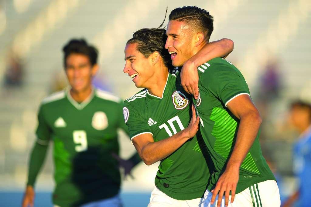 ALEGRES. Diego Lainez y Daniel López festejan el tanto del segundo, que dio el pase. Foto:  MEXSPORT