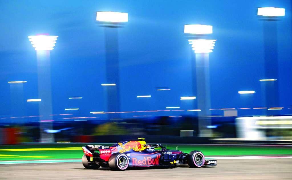 BRILLANTE. Max Verstappen lució en las primeras pruebas en el circuito Yas Marina. Foto: AFP