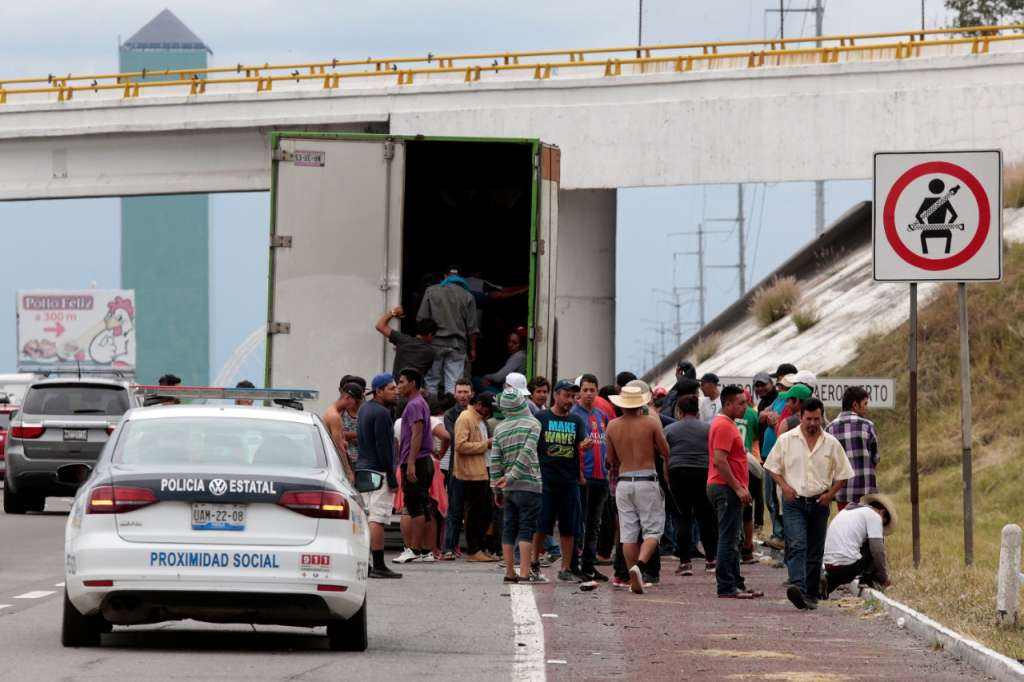 Migrantes durante su paso por Puebla son resguardados por la policía estatal