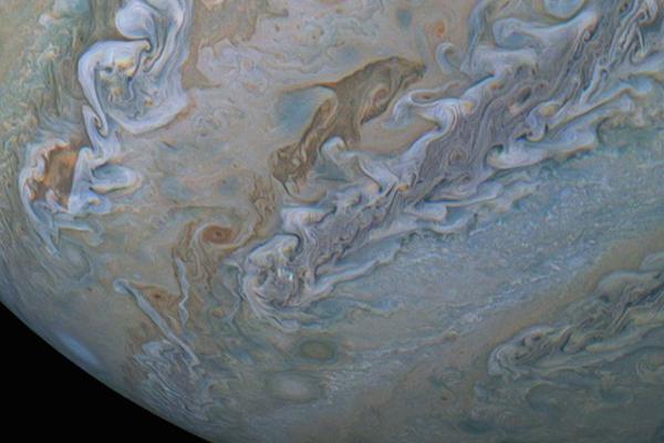 Pareciera que nada entre las nubes. FOTO: NASA