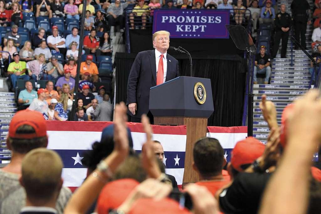 Trump habló ayer durante un mitin en Estero, Florida, de cara a las elecciones de medio termino. Foto: AP