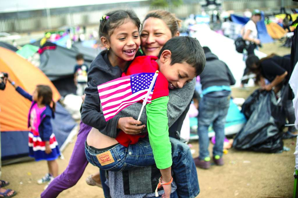 ALBERGUE. Migrantes esperan ser atendidos en Tijuana. Foto: AFP
