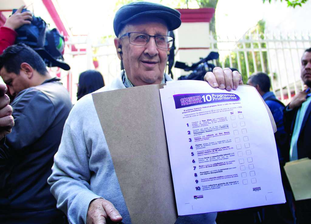 DISEÑO. Enrique Calderón dio a conocer la boleta para la consulta. Foto:  CUARTOSCURO