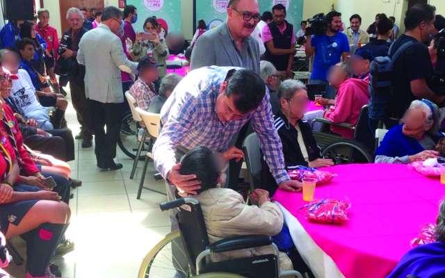 CONVIVIO. José Ramón Amieva, ayer, durante la entrega de apoyos para enfrentar la temporada invernal. Foto: Especial