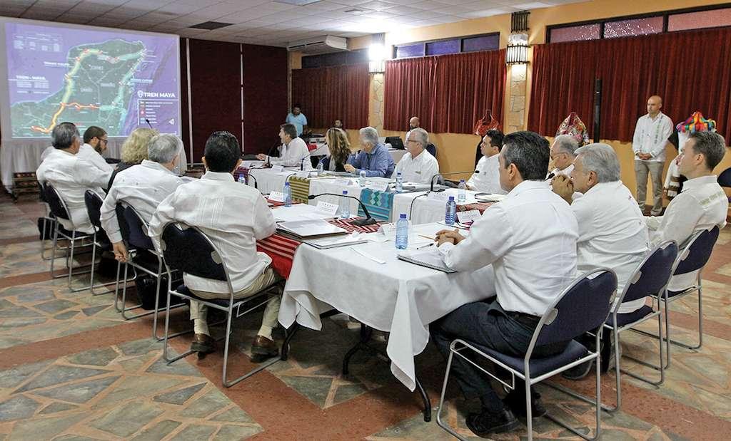 El futuro titular de Fonatur, Rogelio Jiménez Pons en una reunión sobre la obra.. Foto: Notimex