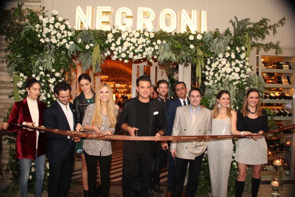ANFITRIONES DE LA NOCHE. La familia Cuaik reunida para cortar el listón inaugural del restaurante. Foto: Cortesía