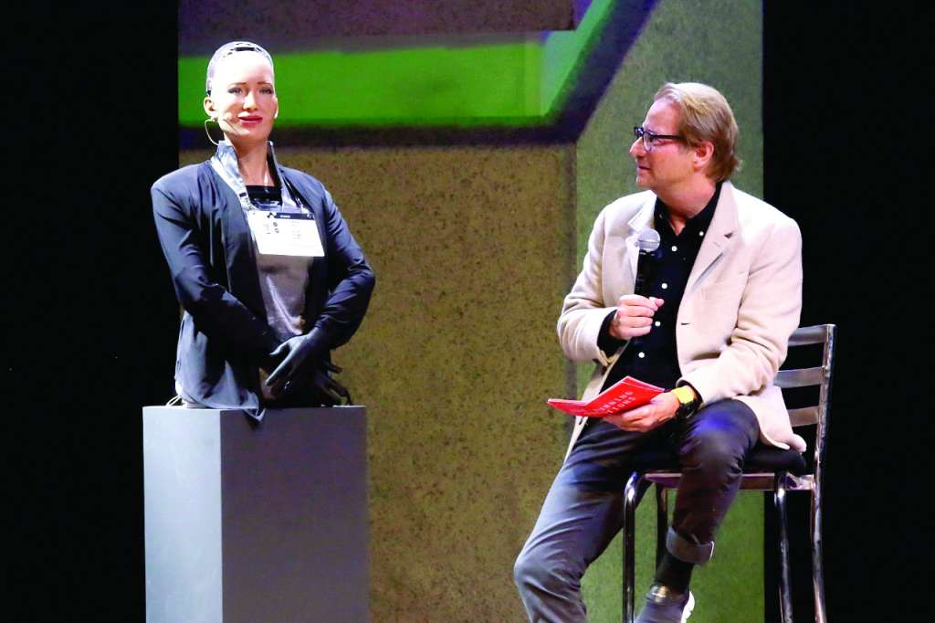 PLÁTICA. Andrés Roemer, curador del evento, entrevistó a la robot humanoide. Foto:  ENFOQUE