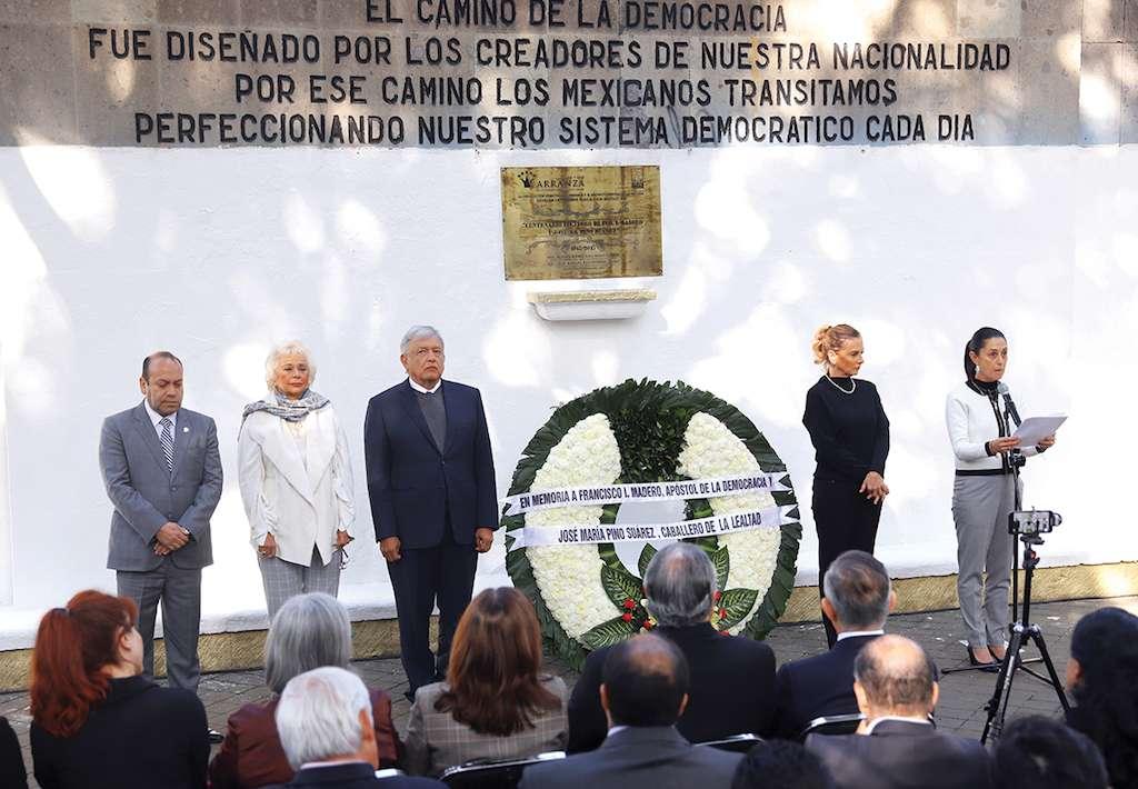 López Obrador, Sánchez Cordero y Claudia Sheinbaum hicieron guardia en Lecumberri. Foto: Víctor Gahbler / El Heraldo de México.
