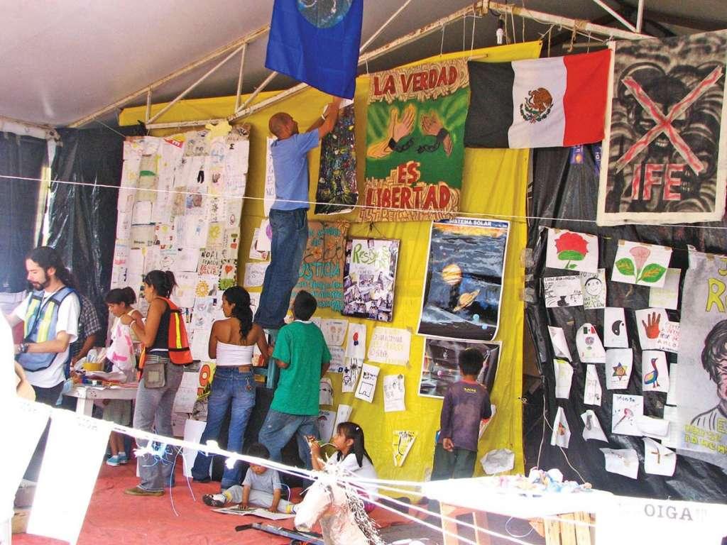 Cientos de personas respondieron al llamado de López Obrador para permanecer en el Zócalo.