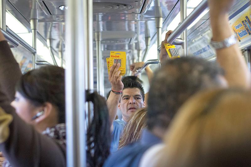 Las personas que venden en el Metro deberán comprometerse a cumplir con ciertos requisitos. FOTO: ENRIQUE ORDÓÑEZ /CUARTOSCURO.COM