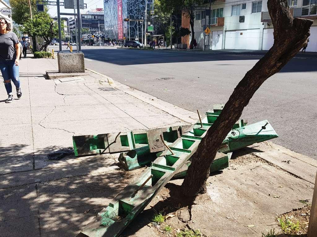 . Los separadores de carril para Trolebús y bicicletas están amontonados sobre el eje 7 Sur. Foto: Lizeth Gómez De Anda