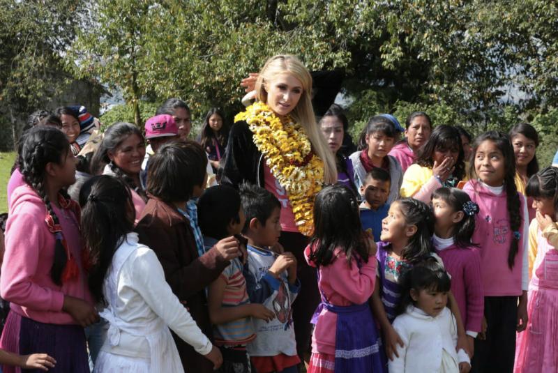 Al terminar, desfiló por el entarimado y posó frente a las cámaras, saludó a los niños y estuvo con sus admiradores