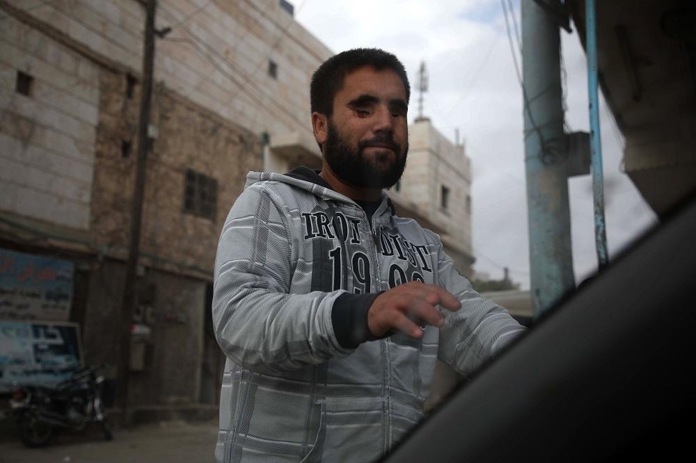 Ahmad Talha, un ex combatiente rebelde sirio que perdió la vista como resultado de una herida de bala. Foto: AFP