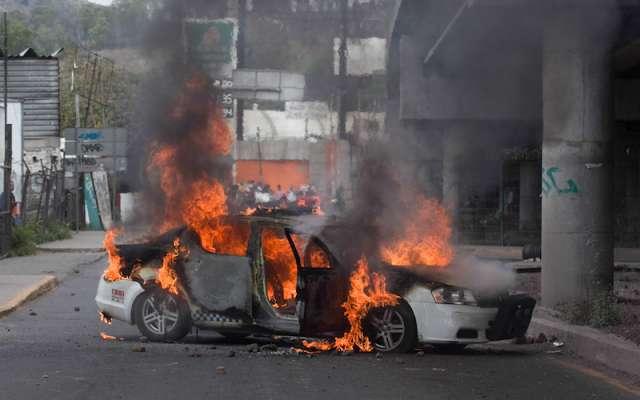 La pobladores quemaron varios vehículos, entre ellos una patrulla y una motopatrulla. FOTO: GALO CAÑAS /CUARTOSCURO.COM