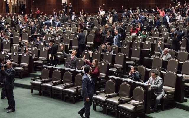 Diputados emiten su voto durante la sesión ordinaria de este martes en la Cámara de Diputados. FOTO: MARIO JASSO /CUARTOSCURO.COM