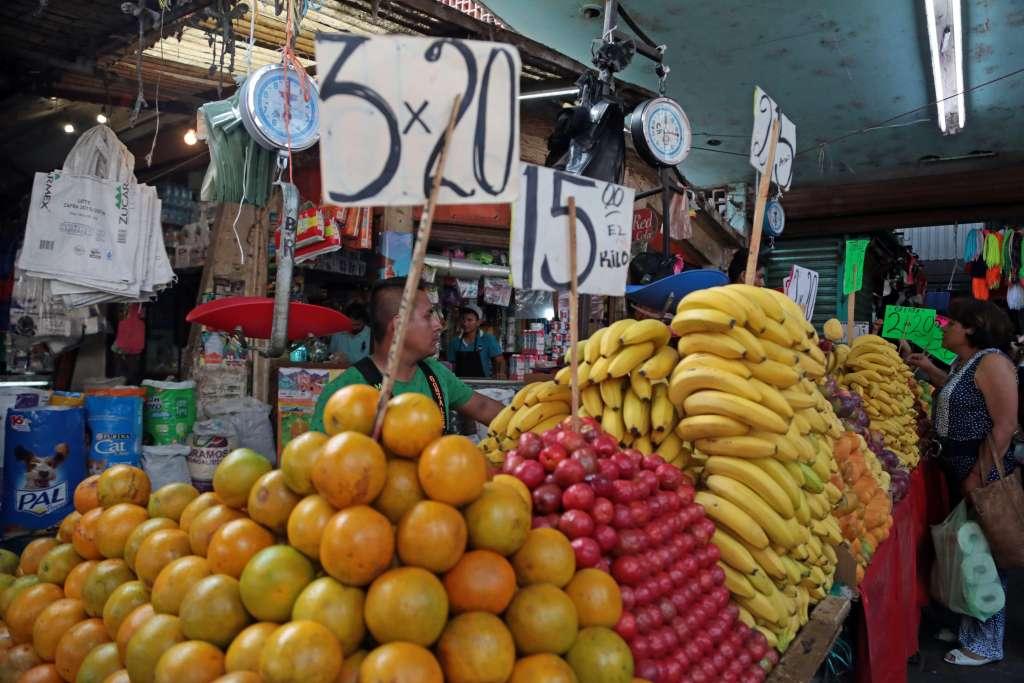 Otros productos que también presionaron la inflación fueron: el jitomate, el tomate verde y servicios como el transporte aéreo. Foto: Archivo   Cuartoscuro