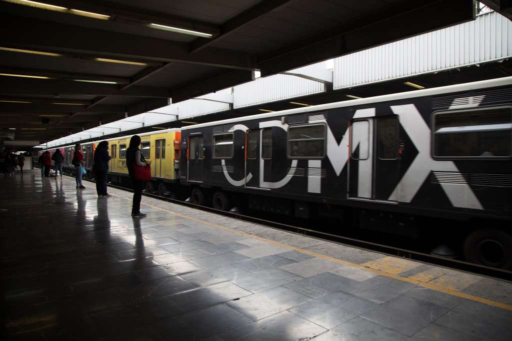 Mujeres esperan el metro (Sistema de Transporte Colectivo) en el espacio exclusivo de mujeres y niños dentro de la terminal Tasqueña