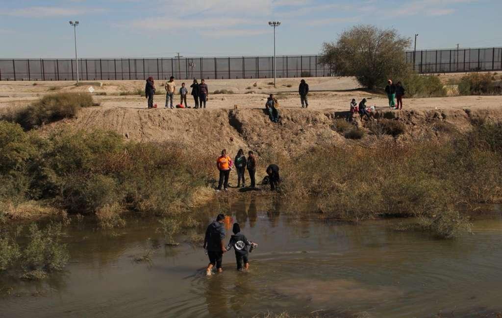 CAMPAMENTO. Grupos de centroamericanos esperan en territorio de EU la oportunidad para pedir asilo. Foto: HÉRIKA MARTÍNEZ PRADO