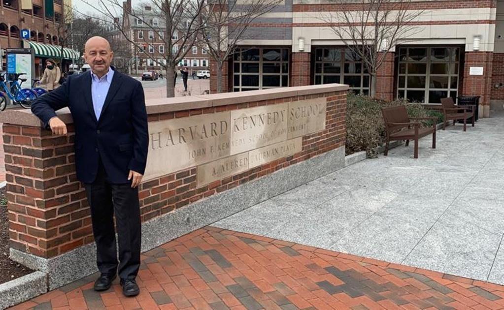 Carlos Salinas también cursó estudios en Harvard
