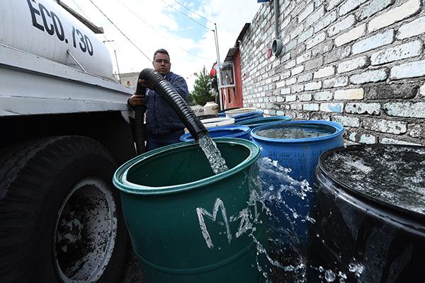 """El líquido llegará con baja presión, por lo que no se podrán llenar tanques, """"pero sí vamos a empezar a recibir agua"""", dijo el director de Sacmex.  FOTO: LESLIE PÉREZ"""