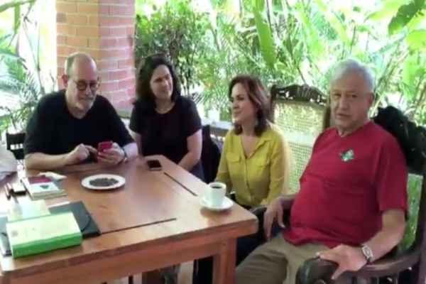 López Obrador se encuentra acompañado por el cantautor y el presidente de Cantabria, España, Miguel Ángel Revilla. Foto: Especial