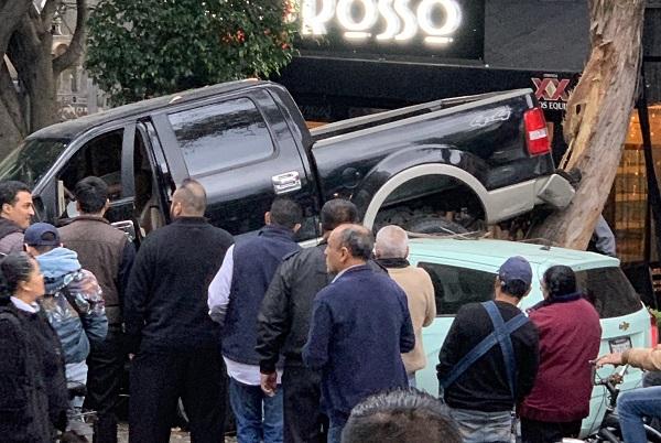 Los heridos son el conductor de la camioneta, dos comensales, un ciclista y una empleada de uno de los restaurantes aledaños. Foto: Especial