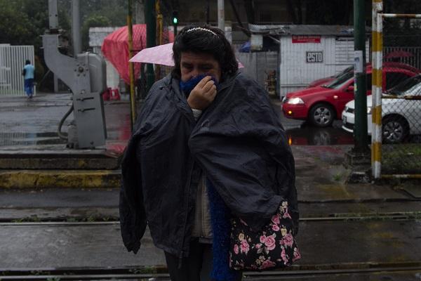 Desde tempranas horas se han registrado ligeras precipitaciones, así como bajas temperaturas en las distintas alcaldías de la capital. Foto: Cuartoscuro