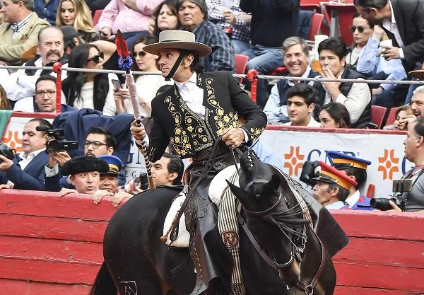 ACTUACIÓN. El rejoneador Diego Ventura recibió ovaciones en su presentación. Foto: :JDS AGENCIA