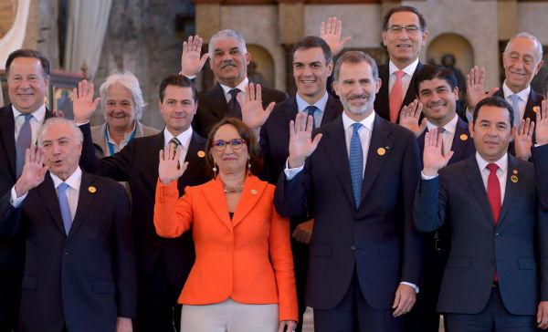 El presidente de Guatemala y anfitrión, Jimmy Morales, dio la bienvenida a los mandatarios en un antiguo convento de la época colonial, Santo Domingo del Valle