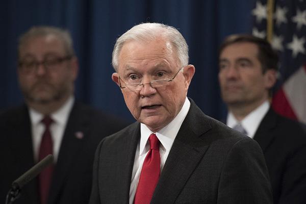 El secretario de Justicia Jeff Sessions le ha entregado una carta de renuncia al presidente Donald Trump. FOTO: AFP