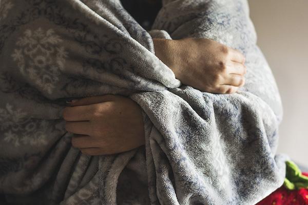 Usar prendas protectoras o tomar bebidas no muy calientes pueden ayudar a combatir el frío.  FOTO: PIXABAY