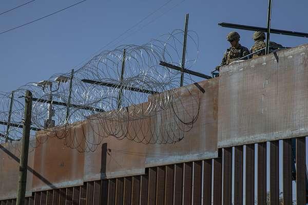 Personal de la Oficina de Aduanas de Protección Frontera de Estados Unidos colocó alambre de púas en la parte superior del muro fronterizo que se encuentra en la zona de Playas de Tijuana. FOTO: NOTIMEX