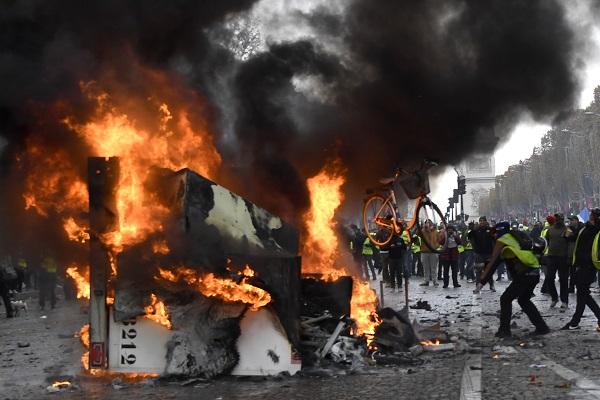 RIÑA. La policía intervino en los disturbios con gases lacrimógenos y camiones de agua.  Foto: AFP