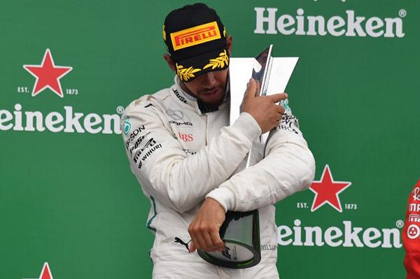 La victoria de Hamilton lo coloca con un total de diez en lo que va de un año en el que, desde que se hizo con la punta del campeonato. FOTO: AFP