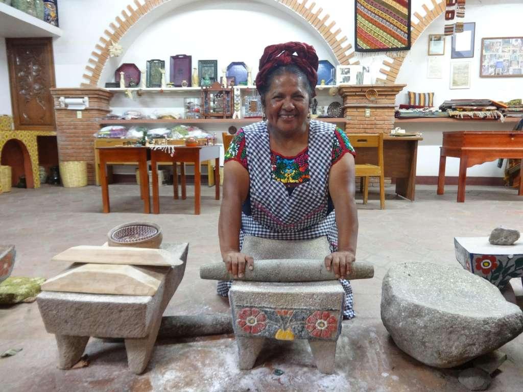 La mujer habla sobre la tradición de Día de Muertos. Fotos: José Luis Amador