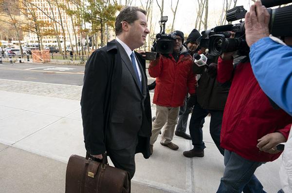 El juez Cogan se abstuvo de desestimar el alegato, pero amonestó al abogado Jeffrey Lichtman por haberse